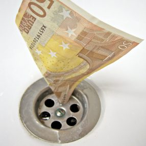Vijftig-eurobiljet stroomt weg door het afvoerputje