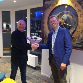 Marc Gnodde krijgt bloemen van afdelingsvoorzitter Bart van Asperdt na zijn installatie als raadslid
